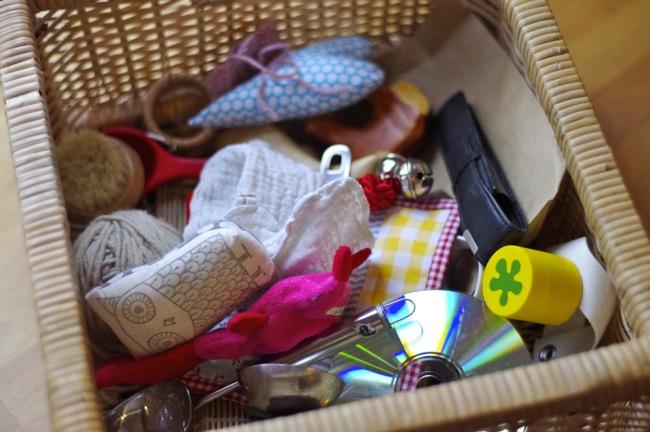 treasure basket f r kleinkinder nach montessori tag f r tag. Black Bedroom Furniture Sets. Home Design Ideas
